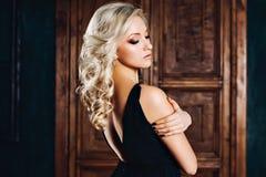 Verleidelijke sexy vrouw in avondjurk in luxueuze binnenlands Modieus rijk slank meisje met kapsel en heldere samenstelling stock afbeeldingen