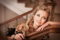 De vrouw van de blonde met diamantjuwelen met kapsel en make-up Stock Afbeeldingen