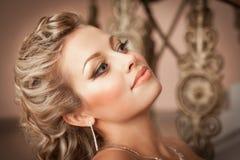 De vrouw van de blonde met diamantjuwelen met kapsel en make-up Stock Fotografie