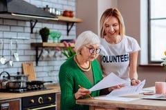 Verleidelijke vrijwilliger die voor damebericht over achterstallige lening duidelijk maken royalty-vrije stock fotografie