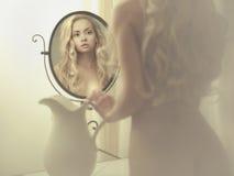 Verleidelijke vrouw in de spiegel Stock Afbeelding