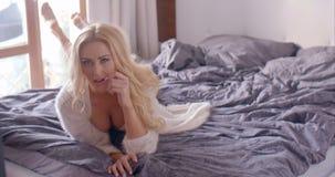 Verleidelijke Vrouw in Fuzzy Nightie Lying op Bed stock videobeelden