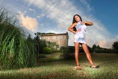 Verleidelijke vrouw in het land, huis in de afstand Royalty-vrije Stock Afbeeldingen