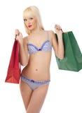 Verleidelijke vrouw in lingerie met het winkelen zakken Stock Foto