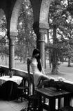 Verleidende vrouw in kasteel. Stock Foto's