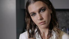 Verleitende Frau betrachtet Kamera stock video