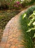 Verleitender gebogener Gartenweg Lizenzfreies Stockbild