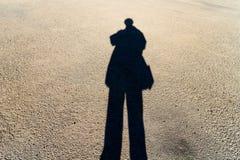 Verlengde Schaduw van Person Standing op de Weg Royalty-vrije Stock Afbeelding