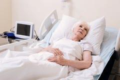 Verletzbare besorgte Frau, die im Krankenhaus einsam sich fühlt Lizenzfreie Stockfotografie
