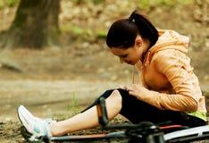 Verletzte Frau falled weg vom bicyle Stockfotografie