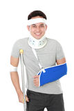 Verletzter Abnutzungsarmriemen und -krücke des jungen Mannes Stockbild