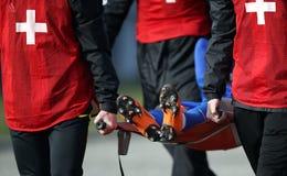 Verletzter Fußballspieler auf Bahre lizenzfreies stockfoto