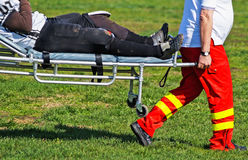 Verletzter Fußballspieler auf einem strecher Lizenzfreie Stockbilder