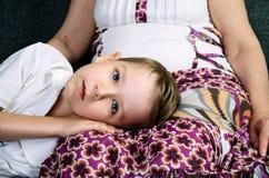 Verletzter kleiner Junge und seine liebevolle Großmutter Lizenzfreie Stockfotos
