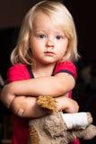 Verletzter kleiner netter Junge mit Pflaster Stockfoto