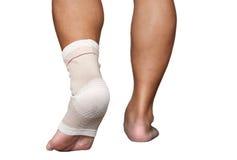 Verletzter Knöchel und Fuß eingewickelt im Verband lokalisiert Stockbilder