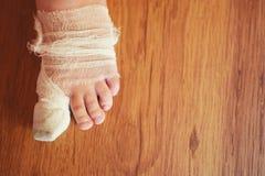 Verletzter linker Fuß des kleinen Jungen lizenzfreies stockbild