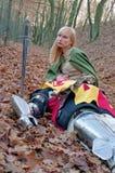 Verletzter Ritter und Mädchen Stockbilder