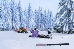 Verletzter Skifahrer nach Unfallwarterettung stockfoto