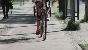 Verletztes weibliches Radfahrer-Reiten in der Stadt stock footage