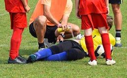 Verletzung auf dem Fußballplatz Stockfotos