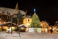 Verlicht Centraal Vierkant van Megeve op Kerstavond stock afbeelding
