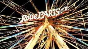 Verlicht Ferris Weel PARISIENNE bij Nacht stock footage