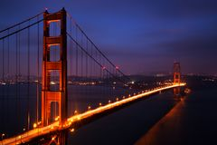 Verlicht Golden gate bridge bij schemer, San Francisco Royalty-vrije Stock Fotografie