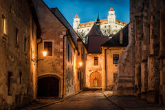 Verlicht kasteel over nacht oude stad van Bratislava, Slowakije Royalty-vrije Stock Fotografie