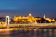 Verlicht Koninklijk Buda Castle boven de Rivier van Donau 's nachts in Boedapest, Hongarije, Europa De Plaats van de Erfenis van  Royalty-vrije Stock Foto's