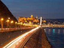 Verlicht Koninklijk Buda Castle boven de Rivier van Donau 's nachts in Boedapest, Hongarije, Europa De Plaats van de Erfenis van  Stock Afbeelding