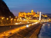 Verlicht Koninklijk Buda Castle boven de Rivier van Donau 's nachts in Boedapest, Hongarije, Europa De Plaats van de Erfenis van  Stock Afbeeldingen