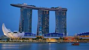 Verlicht Marina Bay Sands-hotel en ArtScience-Museum stock footage