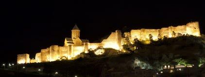 Verlicht Middeleeuws kasteel van Narikala in Tbilisi stock afbeeldingen