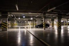 Verlicht ondergronds parkeerterrein, parkeerplaatsen in het parkeerterrein royalty-vrije stock fotografie