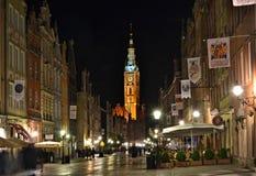 Verlicht oud stadscentrum met een gekleurde toren in de avond Stock Afbeeldingen
