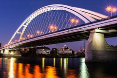 Verlichte Apollo-brug bij nacht in Bratislava, Slowakije Stock Afbeelding
