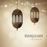 Verlichte Arabische lampen, lantaarns met koord van lichten Gouden vectorillustratieachtergrond voor Moslimgemeenschap Stock Foto