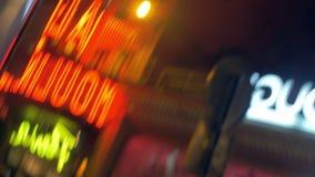 Verlichte banners in nachtstraat, defocus stock footage