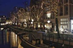Verlichte bomen en oude voorgevels in Amsterdam royalty-vrije stock fotografie