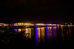 Verlichte brug bij nacht in Tint, Vietnam stock foto's