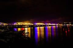 Verlichte brug bij nacht in Tint, Vietnam royalty-vrije stock foto