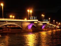 Verlichte brug overdwars van rivier Neva Stock Foto
