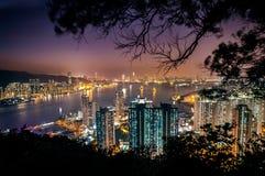 Verlichte cityscape en Victoria Harbour zoals die van de Piek van de Duivel, Kowloon wordt gezien Stock Foto's
