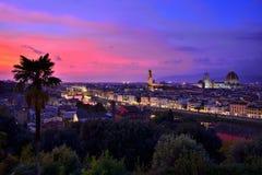 Verlichte cityscape van Florence bij zonsondergang, Toscanië, Italië stock foto's