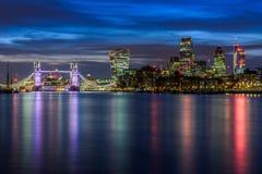 Verlichte Cityscape van Londen tijdens Zonsondergang Stock Fotografie