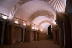 Verlichte donkere tunnel Stock Foto's