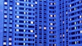 Verlichte flatgebouwvensters stock footage