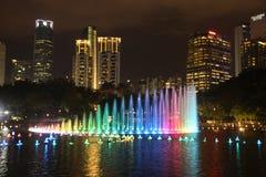 Verlichte fontein in Kuala Lumpur stock afbeeldingen