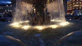 Verlichte fonteinclose-up bij nacht stock videobeelden